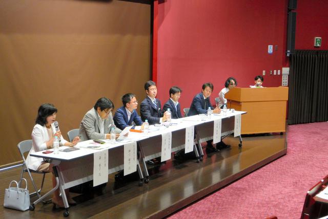 各党の関係者が集まり、学生の貧困などの課題について議論した=新潟市西区