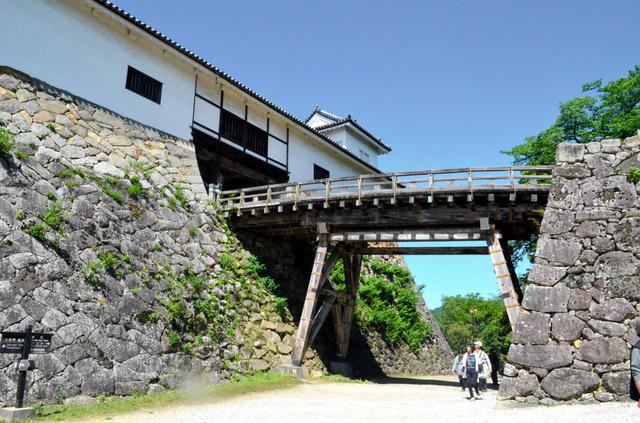 大手口から登っても大堀切の底に出る。天秤櫓(左)と鐘の丸(右)を結ぶ木橋は、鐘の丸まで敵が突入すれば落とされる=彦根市金亀町