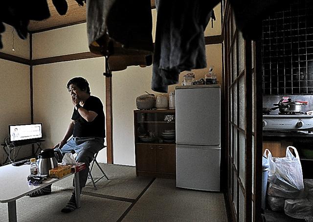 行政の支援を受けて、6畳1K風呂なしのアパートに移った古堅宗一さん。家財道具はディスカウントショップなどでそろえた=15日、川崎市内、仙波理撮影