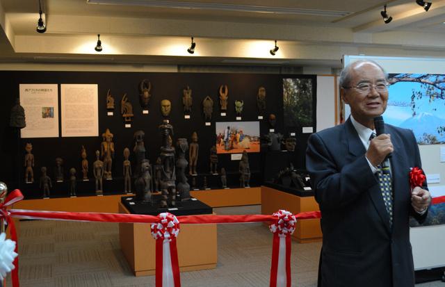 寄贈した仮面や彫像について説明する松浦晃一郎さん=中部大学民族資料博物館