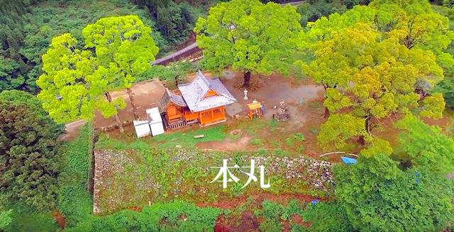 岡城の本丸跡を小型無人飛行機(ドローン)で空撮した映像=「岡城.com」から