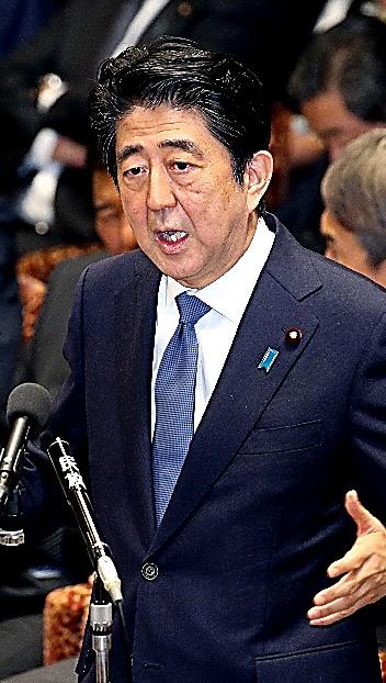 衆院予算委で山尾志桜里政調会長の質問に答える安倍晋三首相
