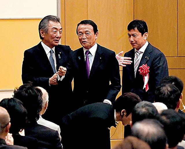 松本純・元官房副長官のパーティーで顔をそろえた麻生太郎財務相(中央)と中西健治氏(右)