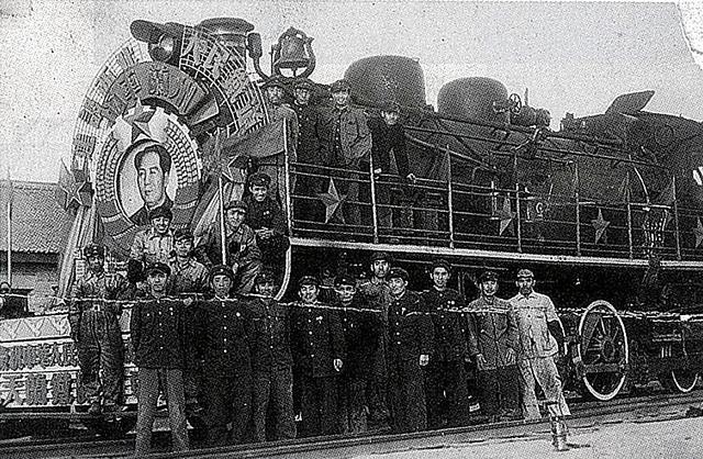 1952年、天水―蘭州を結ぶ鉄道が開通し、祝賀列車に集う日本人技術者たち。中段右端が武内清一さん=天水会提供