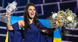 ストックホルムで14日、ユーロビジョンで優勝し、喜ぶウクライナ代表のジャマラさん=AFP時事