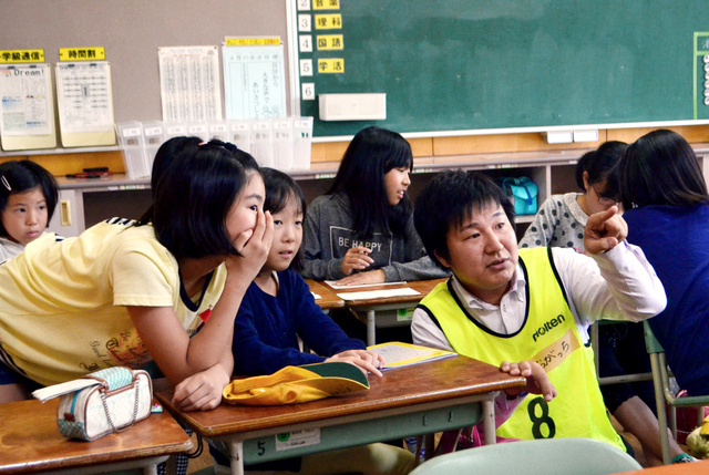 無料学習塾に参加した児童ら=16日、熊本県益城町福富の広安西小学校、沢木香織撮影