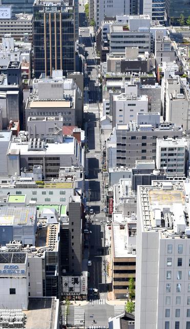 今も数々の製薬会社が並ぶ道修町通=大阪市中央区、伊藤進之介撮影