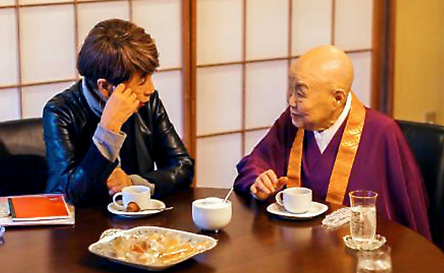 映画の撮影で話をする瀬戸内寂聴さん(右)と松井久子監督=エッセン・コミュニケーションズ提供