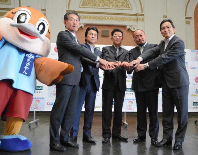 コーナン商事の疋田直太郎社長(右から5人目)らと松井一郎知事(中央)が自転車保険の協定を結んだ=府庁