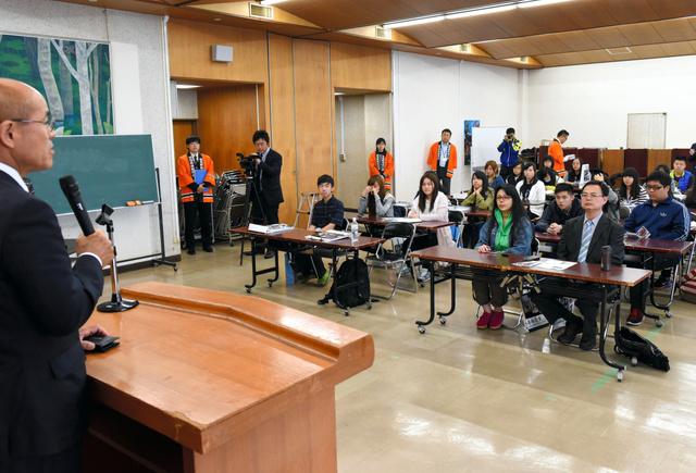 台湾の高校生らを前に被災地の現況を語る桜井勝延市長=南相馬市役所