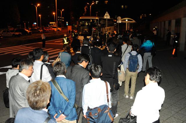 常磐線が止まった影響で、JRひたち野うしく駅では代替バスが用意され、乗客は足早にバスに向かった=17日午前1時15分、牛久市ひたち野西3丁目、青瀬健撮影