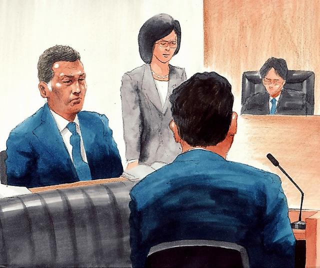 佐々木主浩さん(手前)の証言を聞く清原和博被告(左)=17日、東京地裁、絵と構成・小柳景義