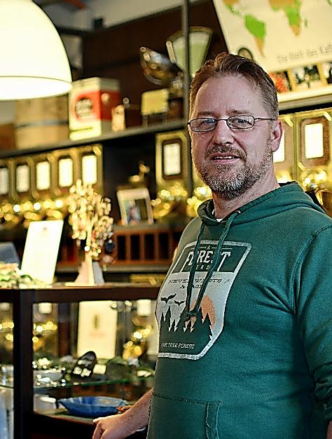 人気コーヒー店を営むティモ・ドリフスさんは自宅の電気もリヒトブリックに変えた=ドイツ・ハンブルク