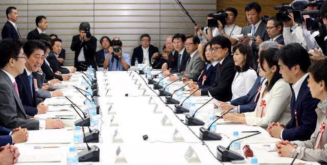 1億総活躍国民会議であいさつする安倍晋三首相(左手前から2人目)=18日午前9時1分、首相官邸、飯塚晋一撮影