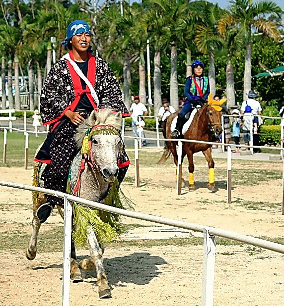 小走りで競うンマハラシー=沖縄市、沖縄こどもの国提供