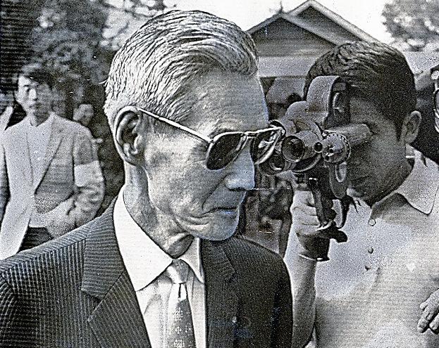 長沼裁判に証人として出廷した源田実・参議院議員=1970年10月9日、札幌地裁前