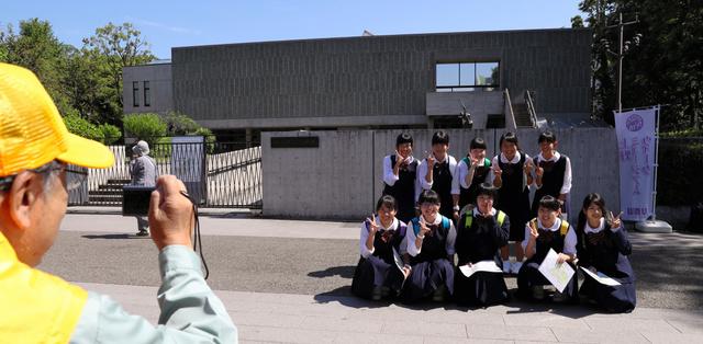 国立西洋美術館の前で記念撮影する修学旅行生=18日午前、台東区、林敏行撮影