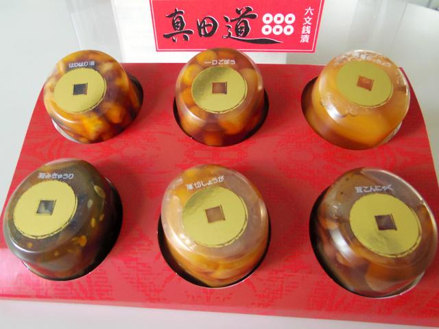 六文銭漬は、ごぼう、きゅうり、茸こんにゃく、はりはり漬、しょうが、黒蜜らっきょうの6種類入りで920円(税別)。