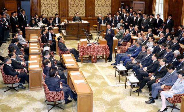 党首討論で民進・岡田克也代表(中央左)の質問に答える安倍晋三首相(同右)=18日午後3時27分、飯塚晋一撮影