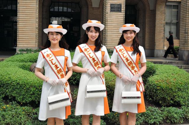 新しい夏服をまとった「かごしま親善大使」の(左から)永田沙織さん、後野有香さん、札元恵梨香さん=鹿児島市役所