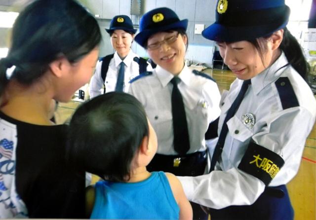 熊本市内の避難所で被災者と話す女性警察官=府警提供