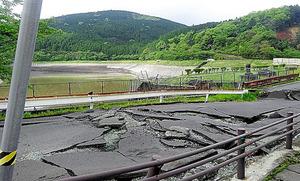活断層のずれによって壊れた大切畑ダム。堤の上を走る道路に断層が現れている=4月22日、熊本県西原村、広内大助信州大教授提供