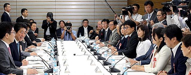 1億総活躍国民会議であいさつする安倍晋三首相(左手前から2人目)=18日、首相官邸、飯塚晋一撮影