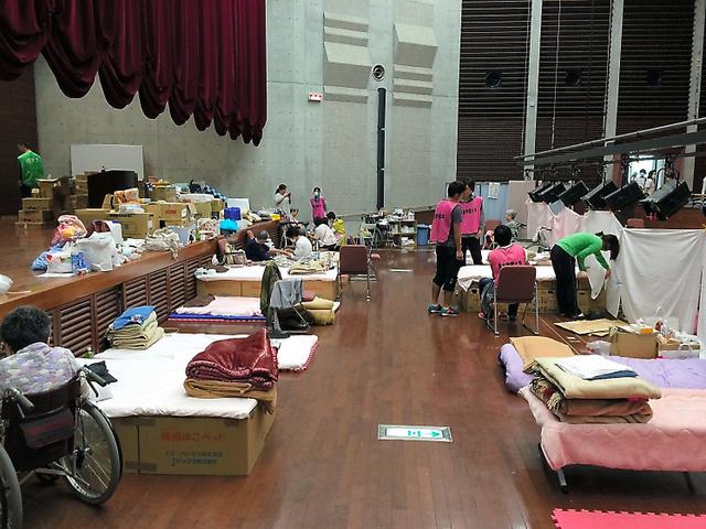 障害者や高齢者の避難スペース。段ボール箱で作ったベッドなどが並ぶ=2日、熊本市中央区の熊本学園大