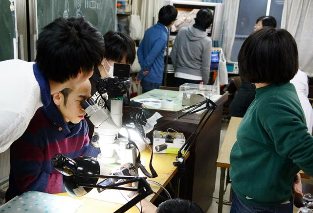顕微鏡をのぞきながら修理の実習に取り組む受講生。作業の様子はモニターに映し出される=1月、大阪市中央区の大阪府時計高等職業訓練校、笠井哲也撮影