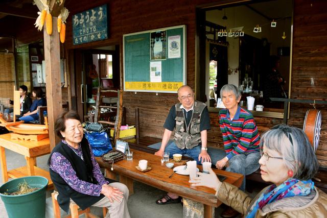 プレオープンした長陽駅のカフェ「久永屋」でくつろぐ人々=15日午後、熊本県南阿蘇村河陽、興野優平撮影