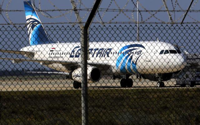 行方不明になった機体と同型のエジプト航空エアバスA320型機。今年3月にキプロスで撮影=ロイター