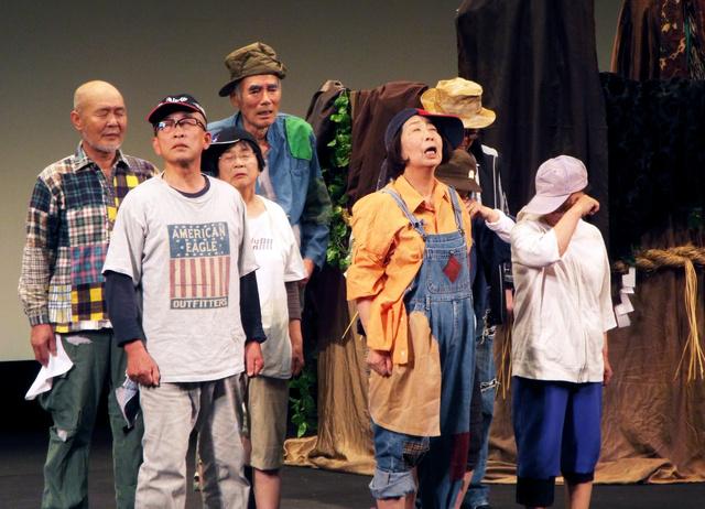 昨年6月の全国シニア演劇大会に出演した「石見国くにびき18座」=仙台市、劇団提供