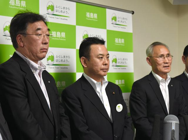 記者会見に応じる松本允秀・葛尾村長(右)と遠藤雄幸・川内村長(左)。中央は原子力災害現地対策本部の高木陽介本部長=県庁
