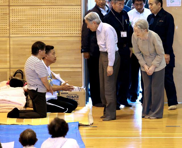 避難所となっている南阿蘇中学校の体育館で、被災者に声をかける天皇、皇后両陛下=19日午後2時14分、熊本県南阿蘇村、上田幸一撮影