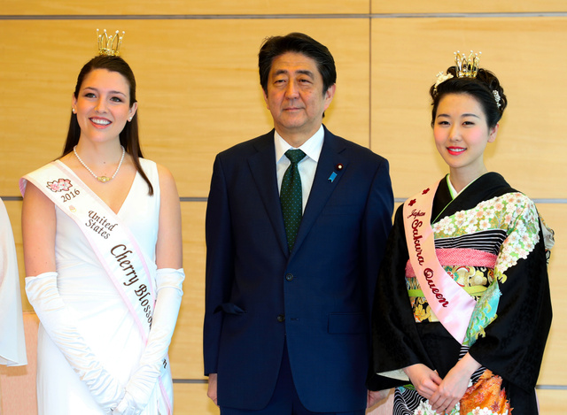 全米さくらの女王のレイチェル・ボーンさん(左)、日本さくらの女王の増田愛子さん(右)の表敬訪問を受けた安倍晋三首相=19日午後1時21分、首相官邸、飯塚晋一撮影