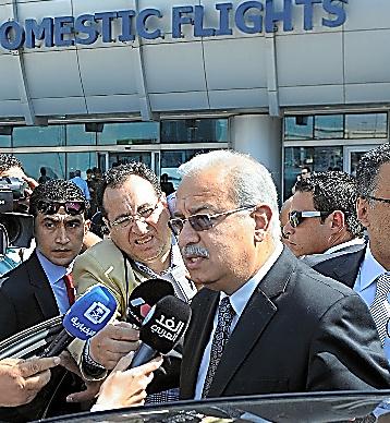 カイロ国際空港で19日、報道陣の取材に応じるイスマイル首相=AP