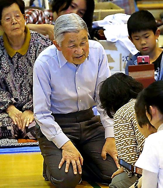 南阿蘇中の体育館に避難している住民に声をかける天皇陛下=上田幸一撮影