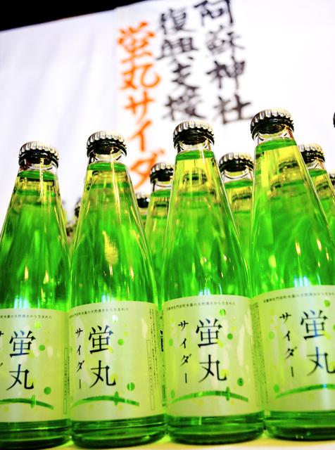 被災した阿蘇神社の復興を支援するため売り出した蛍丸サイダー。1本につき100円が寄付される=熊本県阿蘇市内牧