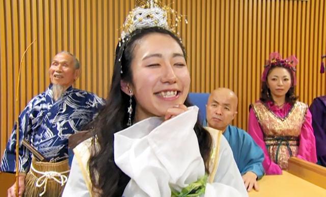 荘内半島に伝わる浦島太郎伝説を「イチオシ」する乙姫たち=三豊市のPR映像「市民会議」編の一場面