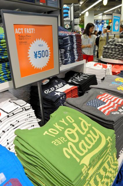 東京・お台場にできた「オールドネイビー」1号店=2012年7月
