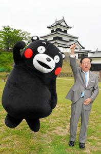 跳び上がりながら再生を誓うくまモンと鈴木和夫・白河市長=小峰城跡