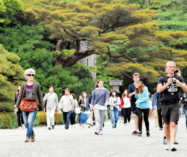 内宮の神域を歩く外国人旅行者たち=三重県伊勢市の伊勢神宮