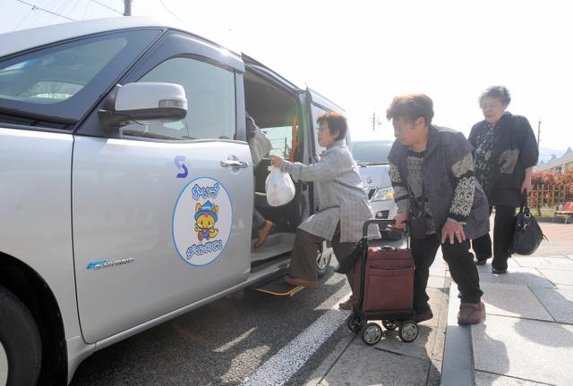 到着した海津市のデマンドバスに利用者が次々と乗り込んだ=海津市海津町福江