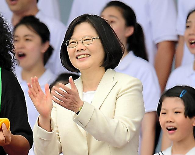就任演説を終え、歌を歌う台湾の蔡英文総統=20日、台北、熊谷俊之氏撮影