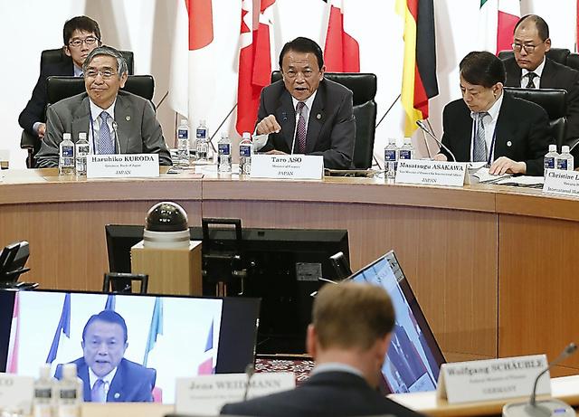 G7財務相・中央銀行総裁会議の冒頭、あいさつする麻生太郎財務相(中央)。左は日銀の黒田東彦総裁、右は浅川雅嗣財務官=20日午後5時6分、仙台市太白区、代表撮影