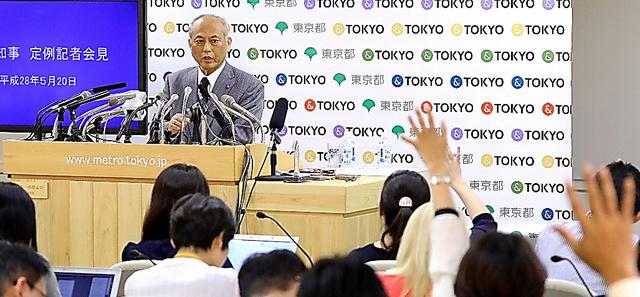 記者会見では、舛添要一・東京都知事の説明に対し、多くの質問が続いた=20日午後、都庁、林敏行撮影