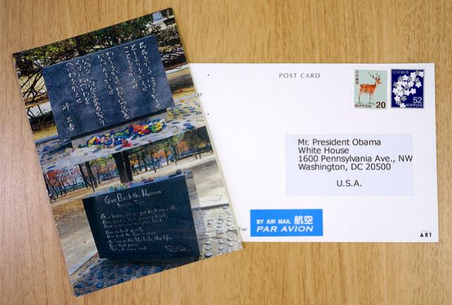 ダレル・ミホさんが平和記念公園で1千枚買ったはがき。オバマ大統領の名前を記したシールと切手を自ら貼った