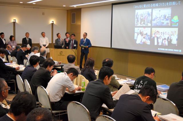 審査委員の前で構想を説明する筑波山地域ジオパーク推進協議会のメンバー=21日、千葉市