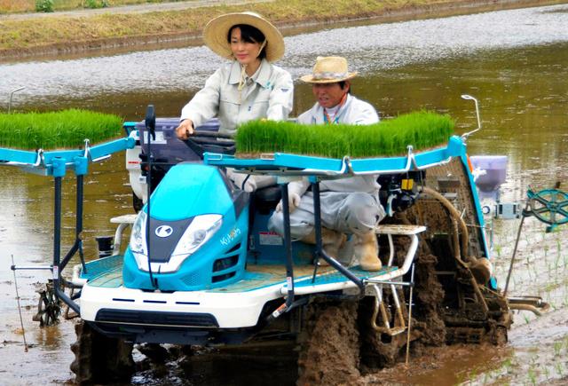 田植え機に乗る丸川環境相(左)=楢葉町上繁岡