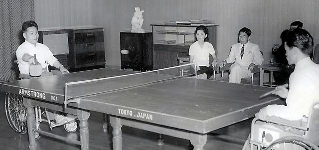 ロンドンであった大会に出場した伊藤工選手、吉田勝也選手(右)の訪問を受け観戦する皇太子ご夫妻時代の両陛下=1962年8月、東京・元赤坂